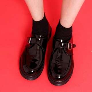 皮帶釦低跟皮鞋