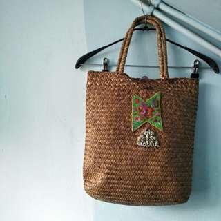 早期藤編手提袋 刺繡貼布 鋁質飾品