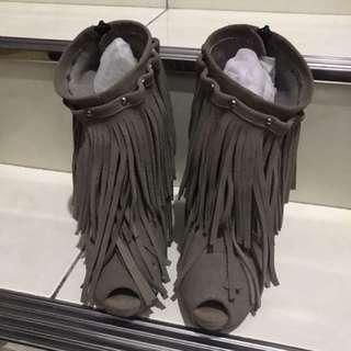 灰色流蘇高跟鞋