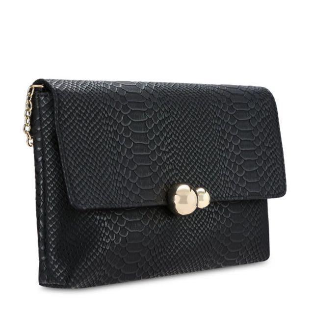 [預購]黑色蛇紋壓紋磁扣鏈條斜背肩背包