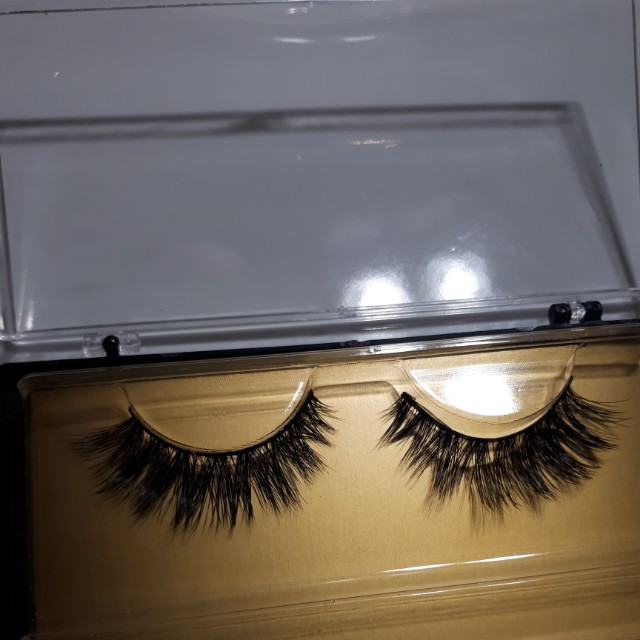 Long thick natural eyelashes