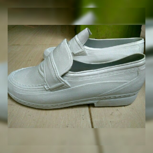 Sepatu putih polos