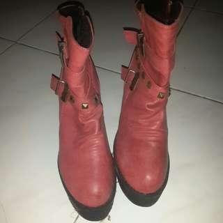 Sepatu boots merah muda