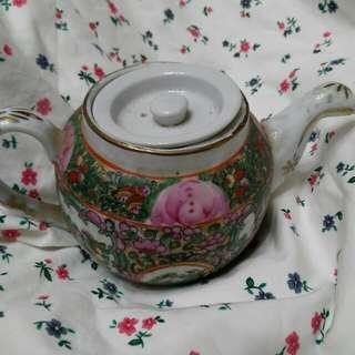 手繪乾隆彩瓷茶壺