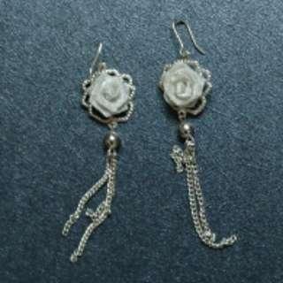 銀色的玫瑰花耳環