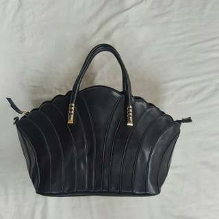 Scallop Hand and Sling Bag Black