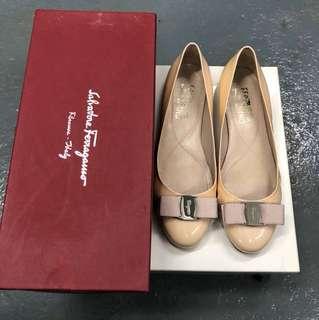 Ferragamo 粉紅色漆皮平底鞋