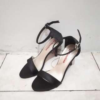Sepatu hitam cantik