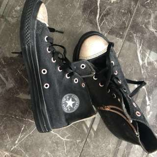 Us 4 black and gold converse