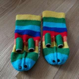 2-in-1 Croc warm, fun gloves.