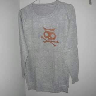 Sweater tengkorak abu-abu