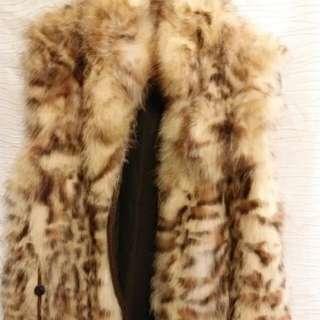"Fox 豹紋背心。真正紅狐毛印豹紋圖案。  毛質柔軟溫暖。  腰有束繩可收腰。Size free. 胸可到38"". 衫長 25""."