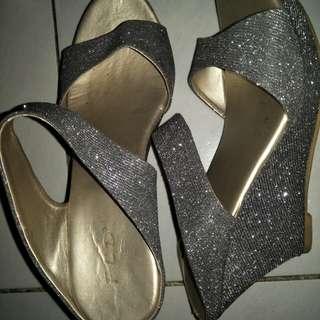 Sepatu pesta warna silver