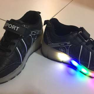Boy shoes with wheel and light