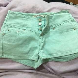 淺綠色排扣短褲