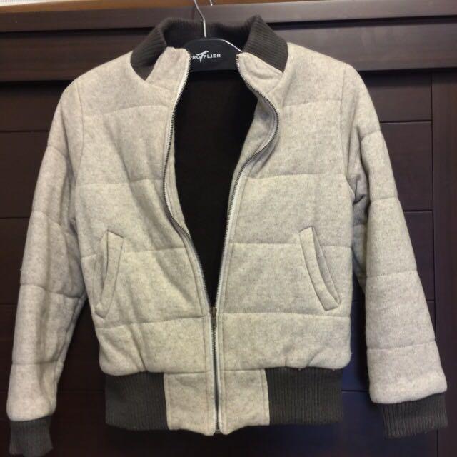 米色鋪棉外套