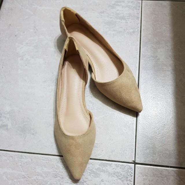 杏色側空尖頭平底鞋