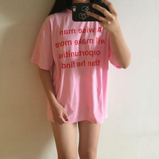 英文字母 粉色上衣