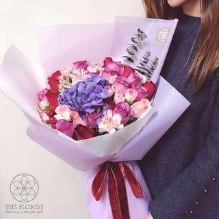 生日紀念日。鮮玫瑰繡球花束