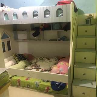 Tempat tidur anak tingkat dengan kasur nya
