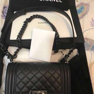Chanel boy shoulder bag in black quilted grained leather