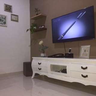 Lemari TV kayu Mahoni cat duco putih metalik P=2 m L=50 cm