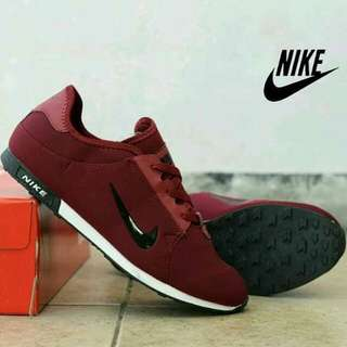 nike sneakers jogging man