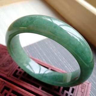 56圈口56.7*14.2*8.0mm特惠,冰糯種油綠寬邊手鐲,存在石紋沒有刮感。編號2210