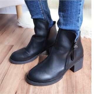 前高後低拉鍊粗跟短靴(黑) 粗跟 側拉鍊 修飾 流蘇拉鍊