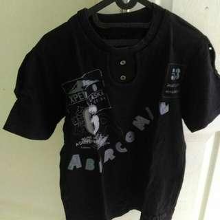 Kaos hitam kancing