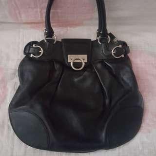 ⚜️Sisterette's⚜️ Salvatore Ferragamo Handbag with Serial