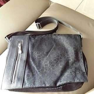CALVIN KLEIN FABRIC SLING BAG