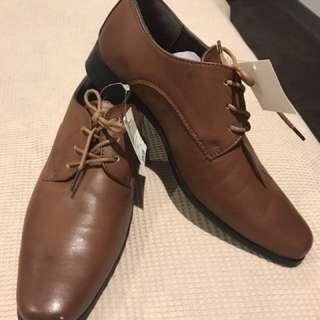 Boys size 6 tan formal shoe