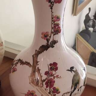Beautiful hand painted Chinese vase - very well kept