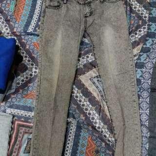 淺灰色牛仔褲