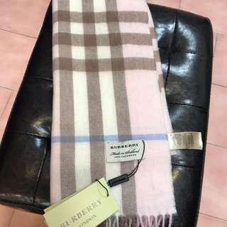 Burberry 經典圍巾,朋友贈送不知道是否爲正品。介意勿買,謝謝。