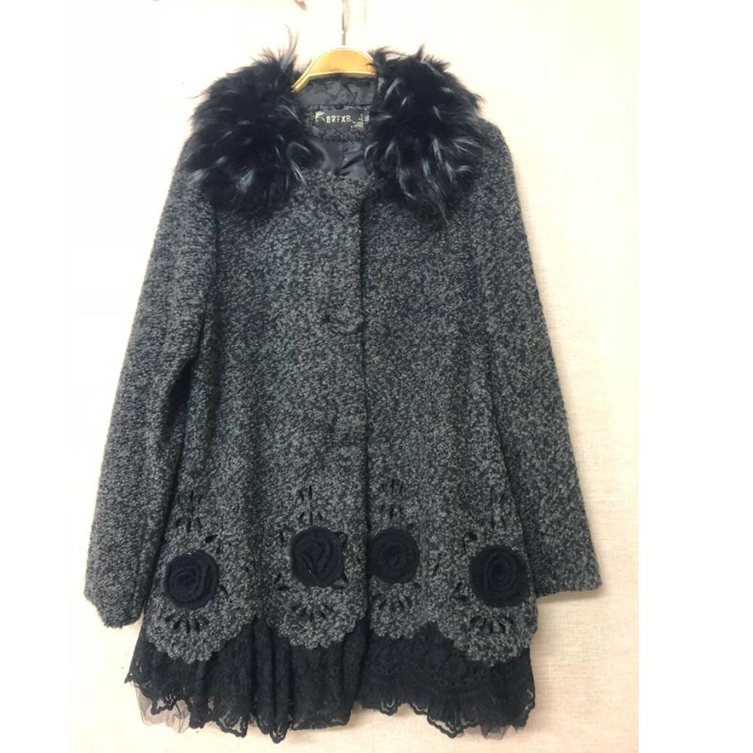 特價 精緻勾花蕾絲衣襬混色黑毛呢外套