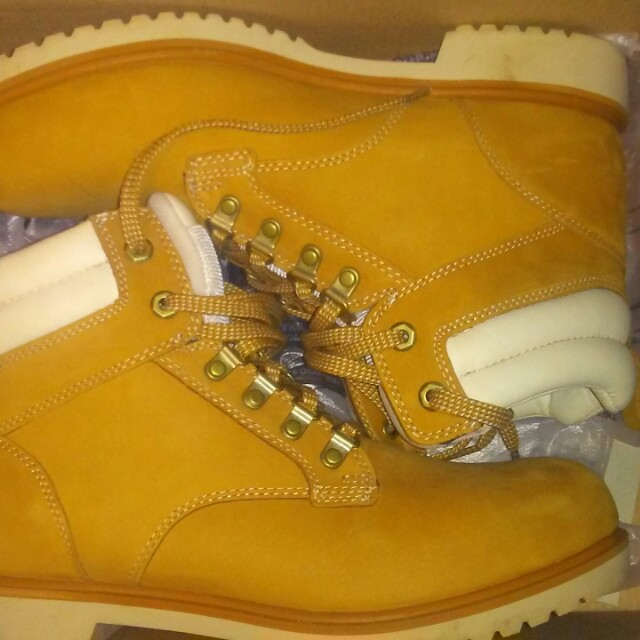 Timberland Boots Size Mens 10.5 Wheat/White with matching hat