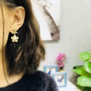 Chanel 金色山茶花珍珠耳環