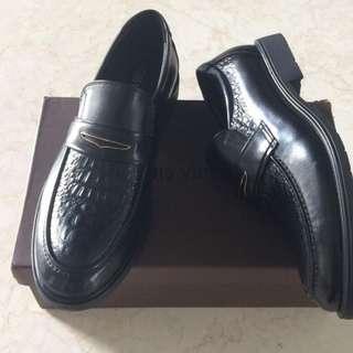 2nd Like New.. Sepatu Cowok Pakai Baru 1X Merk LV Premium, Detail Foto Untuk Yang Serius Buyer Only! KONDISI 99% Masih Mulus