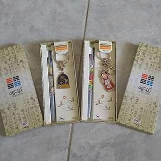 Gantungan kunci dan pulpen Korea