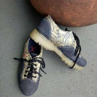 Platform aksen jeans-batik