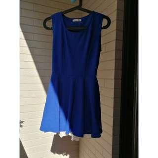 藍色下襬蕾絲洋裝