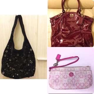 3個袋:Coach 漆皮酒紅色手袋+Anteprima 絲絨袋+Coach粉紅小提包