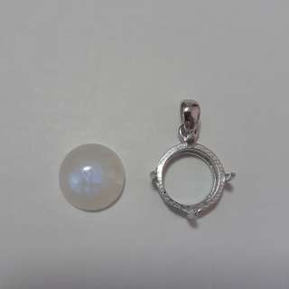 🍁Very nice Blue shin Moonstone cabocheon/pendant. With ready casing in 925 silver plated white gold.
