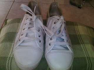 Sneakers putih bata