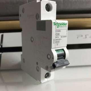 名牌Schneider施耐徳 MCB Fuse 20Amp./C20 2匹冷氣機電壓必用 220 240/415V C68N Electric IEC60898-1  HK$40小議