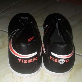 Sepatu futsal pria nike tiempo blavk and red