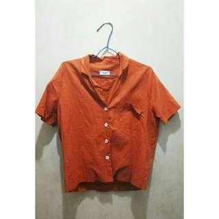 橘紅色襯衫