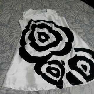 白色洋裝 有黑色花朵點綴